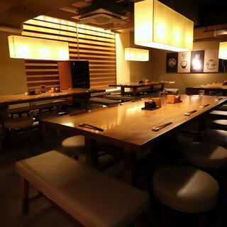 ゆったり落ち着けるモダン空間は一人ご飯から各種宴会まで*