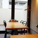 チロル食堂 - カウンター席と奥にテーブルが2卓あります。