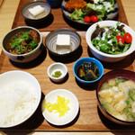 チロル食堂 - 牛すじ煮込み定食950円。