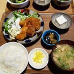 チロル食堂 - ミックスフライ定食950円。