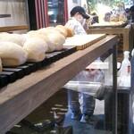 パンパティ - 料理写真:並び始めて半分くらい進んだかな? 先頭に近づくにつれ…焼きたてパンの陳列準備を目にする…