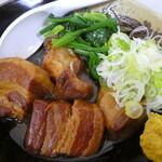 江戸家 - 柔らかく煮込まれた角煮がたっぷり