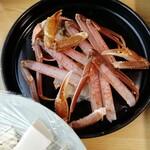 海鮮問屋 博多 - カニ鍋に入れる前のカニ。新鮮でおいしそう。