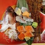 海鮮問屋 博多 - 鯛とサーモンのお刺身です。ただ、サーモンは島根関係ないよね!?笑