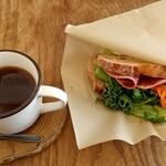 urban's camp - 猪鹿ビアシンケンの農夫サンド550円、ドリップコーヒー450円
