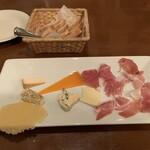 欧風料理 タブリエ - チーズと生ハム盛り合わせ