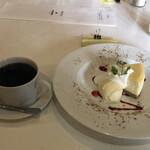 ブンダン - 三角地帯のチーズケーキとブレンドコーヒー「芥川」のセットで1,210円