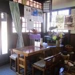こころ食堂 - 店内はテーブル席と小あがりがあり落ち着けます