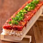 茜の庭 - 超ロング!なんと全長50cm馬肉ロングユッケ寿司