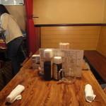 やきとんひなた - お店奥のテーブル席