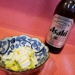 まるぶん - ビールにお通しの白菜漬け