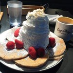 124194987 - ストロベリー・ホイップとマカダミアナッツのパンケーキ