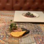 124197801 - 【前菜①】低温調理で仕上げた牛肉とアボカドのタルタル(カボチャとイカ墨のクラッカー)