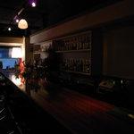 バー ノーツ - 店内の写真・バーカウンターからライトを見る
