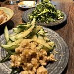 地鶏割烹 稲垣 - 胡瓜とパクチーサラダは別途でw