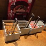 博多 一風堂 - トッピング左から、 辛味もやし、辛子高菜、紅生姜、にんにく。