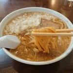 中華亭 - 平打ちの太麺