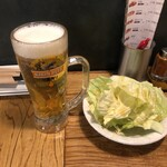 やきとり家すみれ - 生ビールとお通しのゴマ塩キャベツ