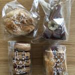 カフェ アンドゥ - スコーン231円。山ブドウクッキー509円。バナナケーキ417円。ロウソククッキー444円。全て税抜き。