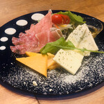 yakeichi-zunikubaruga-den - チーズと生ハムの盛り合わせ 3人前