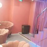 タピオカ専門店 猫茶 - 階段降りた付近の席