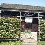 地球屋 - 昭和を感じさせる平屋建ての店舗です。