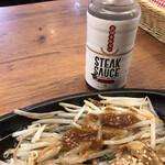 鉄板焼天神ホルモンplusGOCHISOU - 太モヤシにはステーキソースをかけて・・