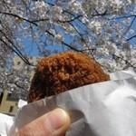 五反田 信濃屋 - とりのメンチ in 満開の桜