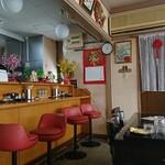 創作家庭料理 豊盛 - スナックか喫茶店にありがちな椅子が並びます