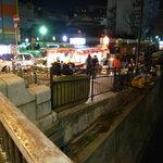 一竜 - 中洲の川沿いに屋台が並ぶ