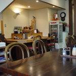 1243955 - 店内は、テーブル席もカウンター席もあります。
