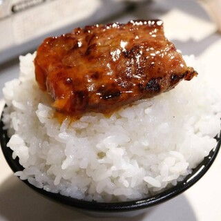 ホカホカの炊きたてご飯を頬張る◎焼肉×たれ×ご飯=ご馳走!