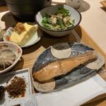 旬菜 いまり - 鮭の西京焼き、ゴマドレサラダ、だし巻き