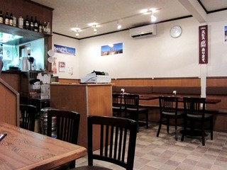 クリスナキッチン 本格インド・ネパール料理店 戸塚店 - 白い壁の店内