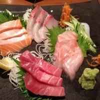 ブルノワキッチン-お刺身五点盛り(中とろ、金目鯛、烏賊、サーモン、カンパチ)