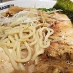 東京アンダーグラウンドラーメン 頑者 - 麺の表情。