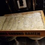 東京アンダーグラウンドラーメン 頑者 - 隣に麺箱が。