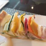 hache - 野菜のキッシュ スタッフさんが各テーブルを回って希望者のみにサーヴ。ふたくちで食べれちゃう位のミニサイズ