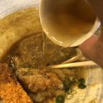 情熱うどん讃州 - 出汁をかける