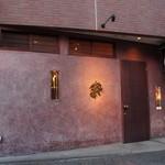 12436740 - 外壁は奇抜なピンク色をしたコンクリート造り2