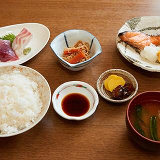 一番人気!新鮮な刺身と焼き鮭がセットの「嬉八定食」