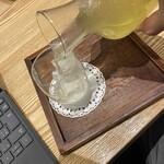 カフェ ソラーレ Tsumugi - 注ぎます