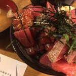 鶴橋まぐろ食堂 - ハーフ丼の地層