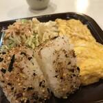 ホワイト宇治川 - 炊きたてご飯の三角おにぎりが2個と玉子焼き、サラダ、美味しい味噌汁が付きます(2020.1.28)