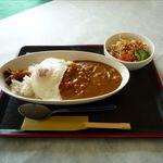 レストラン グリーンパーク - かあさんカレー(サラダ付き)+目玉焼き(550円)