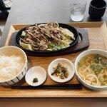博多やりうどん食堂 - 牛‼︎肉盛り鉄板焼き定食ミニうどん付@979