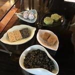 九份阿妹茶酒館 - お茶菓子。これにウーロン茶が付いて一人300元(約1,000円)