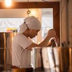 ウィム サケ アンド タパス - 三軒茶屋醸造所では食事をしながら杜氏の作業を見ることもできます(時間帯によります)