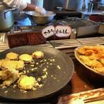食彩健美 野の葡萄 - オープンキッチンでは天ぷらが揚げられていたのですが、「さつまいも」と「人参」のみで、ちょっと残念。