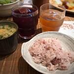 食彩健美 野の葡萄 - お赤飯を少し頂き、ドリンクは冷茶とグレープジュースを。